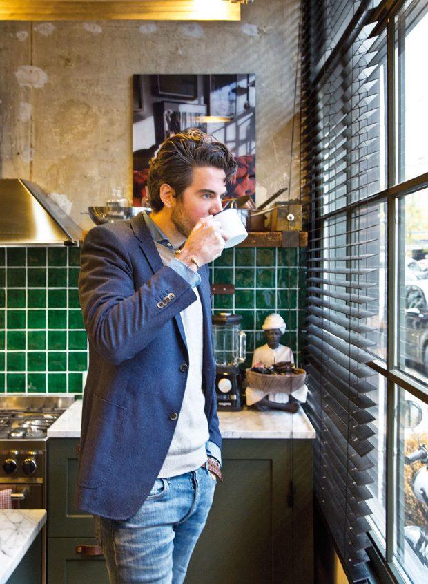 Spokojený majitel adesignér vjedné osobě James van den Velden si ve svém domově rád vychutnává aromatickou kávu. FOTO WESTWING HOME&LIVING