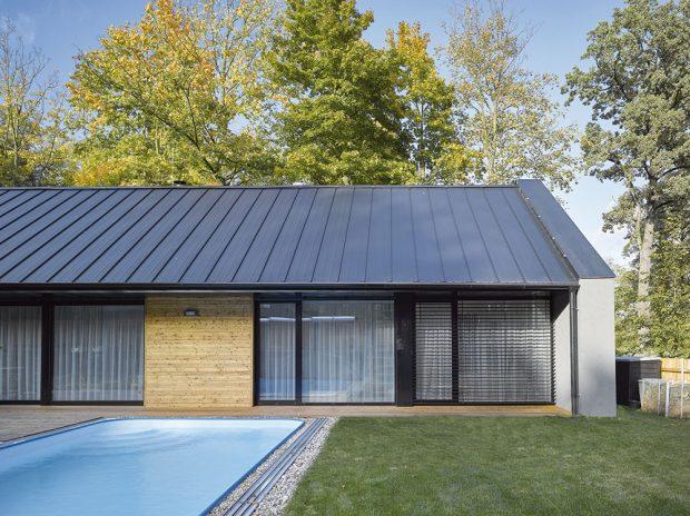 Antracitová střecha určila svými regulemi sklonu výslednou podobu celého objektu. FOTO FILIP ŠLAPAL