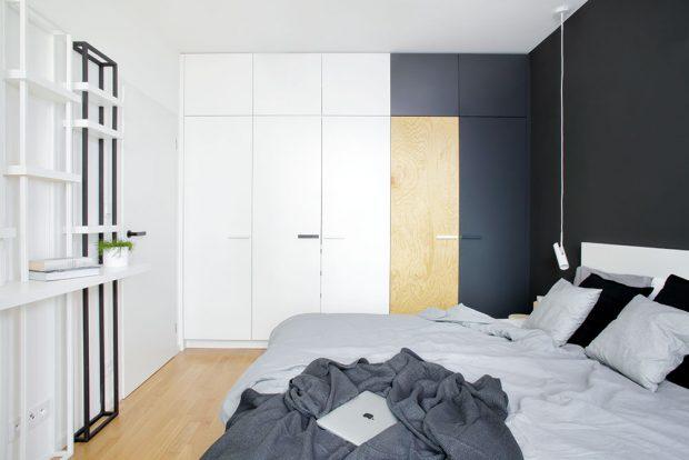 Úložné prostory vtradičních barvách bytu pokrývají celou jednu stěnu ložnice, díky tomu nepůsobí místnost přeplněně. FOTO ROBERT ŽÁKOVIČ