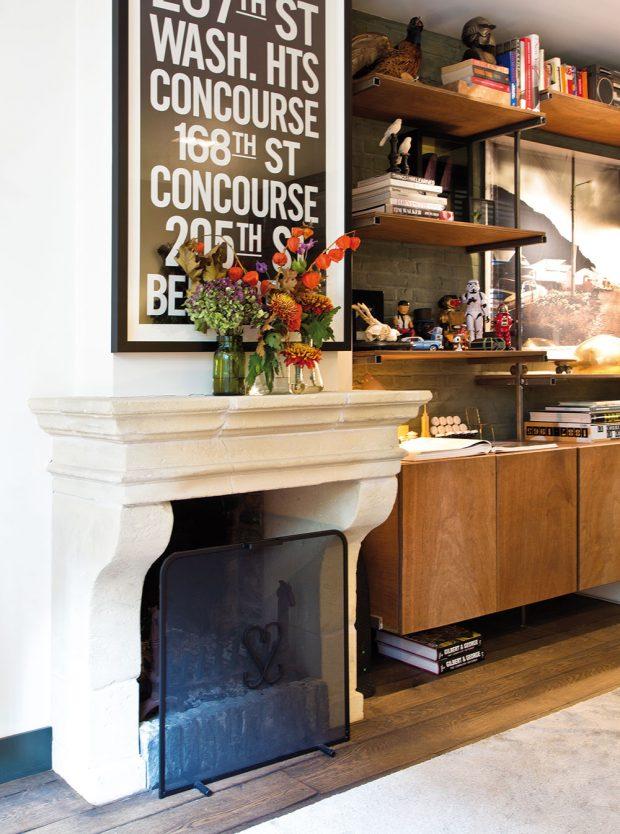 Vpřízemí prostorného domu najdeme iklasický kamenný krb, který dodává zaplněnému místu ještě větší kouzlo. FOTO WESTWING HOME&LIVING