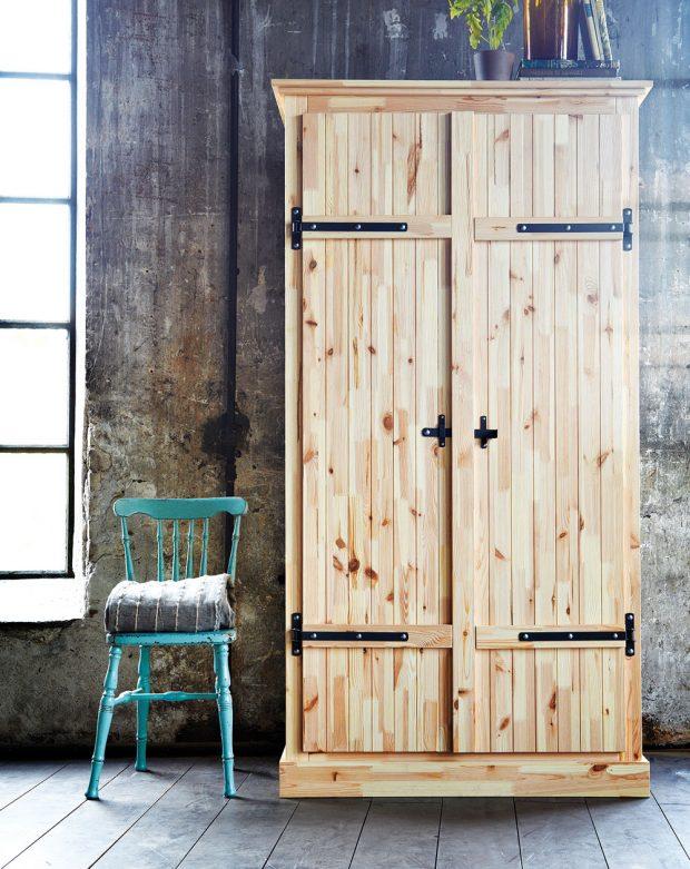 Skříň Fjell je vyváženou kombinací rustikálního i moderního kusu nábytku. Borovicové dřevo doplňuje černé viditelné, ale nepřezdobené kování.