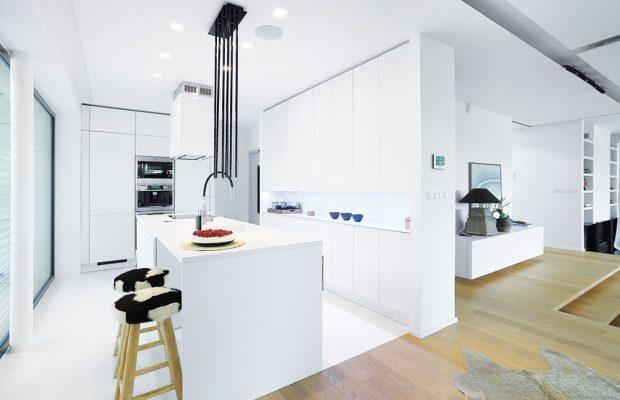 Kuchyně Pure od Sykora, matný bílý lak, nika je vyložená lesklým lakovaným sklem, www.sykora.eu