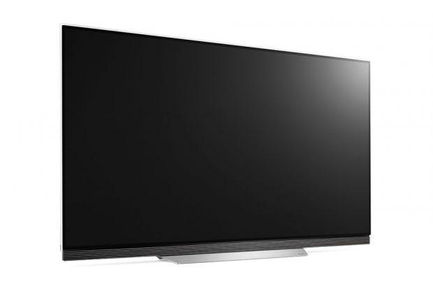 """Výjimečně elegantní televizor 65"""" LG OLED65E7V s extrémně tenkým OLED panelem poskytuje špičkovou kvalitu obrazu, věrné barvy a dokonalou černou prostřednictvím samosvíticích pixelů. Špičkový zážitek ze sledování podtrhuje podpora formátu Dolby Vision a Dolby Atmos, který vytváří trojrozměrnou zvukovou kulisu. V pohodlí domova si tak divák užije vynikající kvalitu obrazu a zvuku. OLED televizor byl oceněn za elegantní design. FOTO LG"""