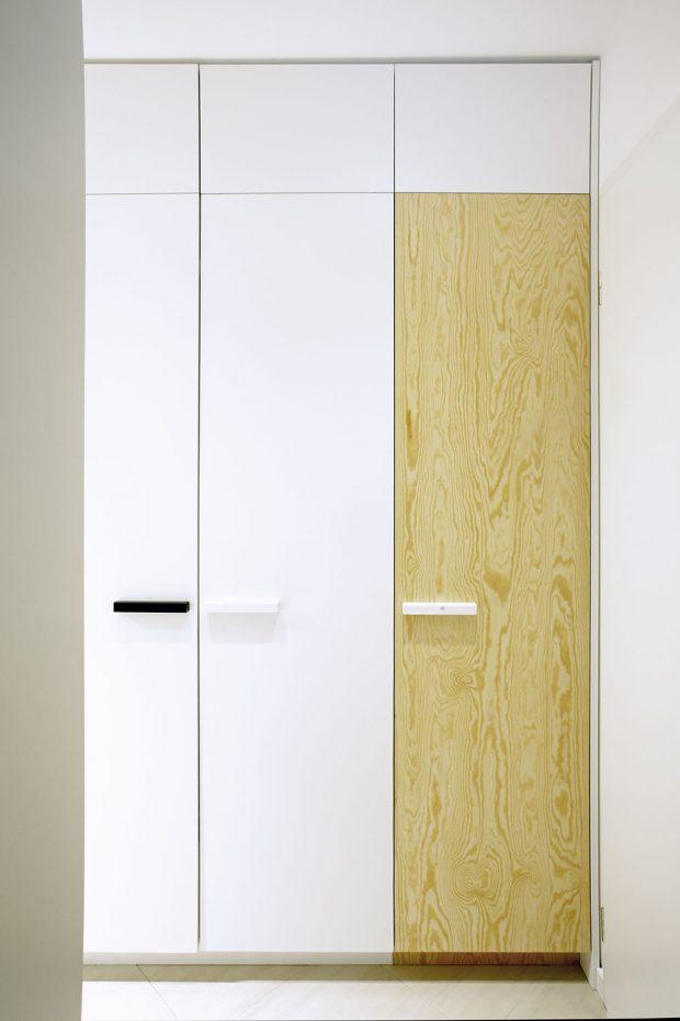 Ivchodbě najdeme dostatek minimalisticky řešených úložných prostorů. FOTO ROBERT ŽÁKOVIČ