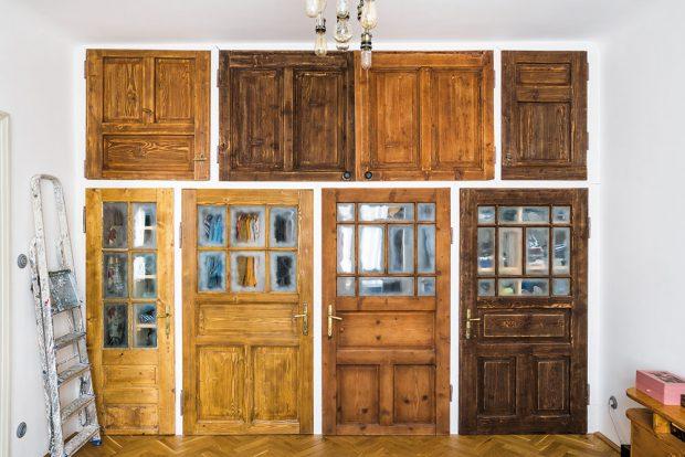Originální šatník v ložnici vznikl ze starých dveří. Původně chtěli domácí takto využít dveře ze skříní, které v bytě zůstaly po původní majitelce, tento nápad se však nedal realizovat. FOTO NORA A JAKUB ČAPRNKOVI