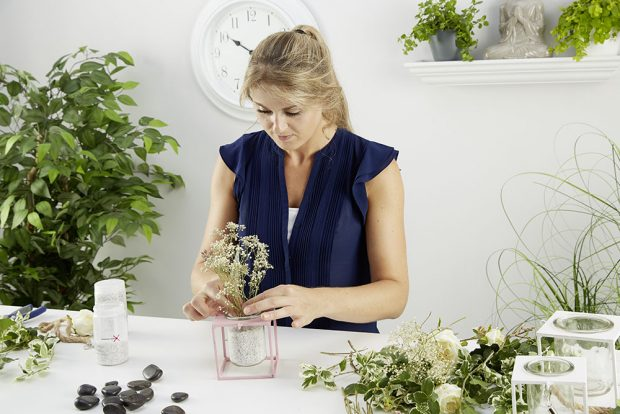 3. SUŠENÉ KVĚTINY Do kamínků vložíme letní sušené květiny či ozdobné větvičky. Velký stojan poslouží jako držák na příbory. Stůl dekorujeme jemnými odstíny. foto: Möbelix