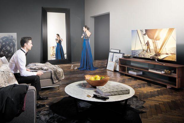 Dopřejte si to nejlepší zobrazení barev, které je nyní na trhu. Nová kategorie televizorů Samsung QLED TV zobrazuje díky technologii Quantum Dot 100% objem barev. Dynamické HDR se svítivostí až 2000 nitů je zárukou maximálního kontrastu a zobrazení i těch nejjemnějších detailů. Chytrý dálkový ovladač umí ovládat nejen samotný televizor, ale i ostatní audio/video přístroje připojené přes HDMI rozhraní. FOTO SAMSUNG