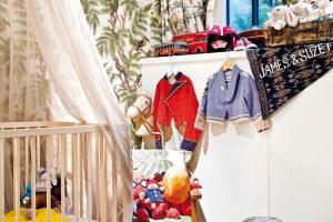 I do dětského pokoje začíná pronikat Jamesova fantazie. Vystavené hračky, kostýmy i exotický závěs volají po dobrodružství. FOTO WESTWING HOME&LIVING