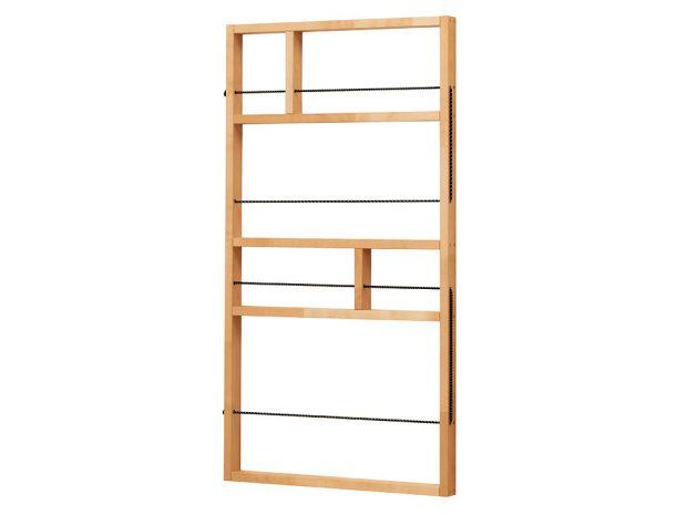 Novinkou od IKEA je nástěnná police Ypperlig z březového dřeva. Malé dekorativní úložné řešení se dá zavěsit na zeď, dveře či jiné úzké místo v btě. Polici o rozměrech 54 x 100 cm pořídíte za 399 Kč.