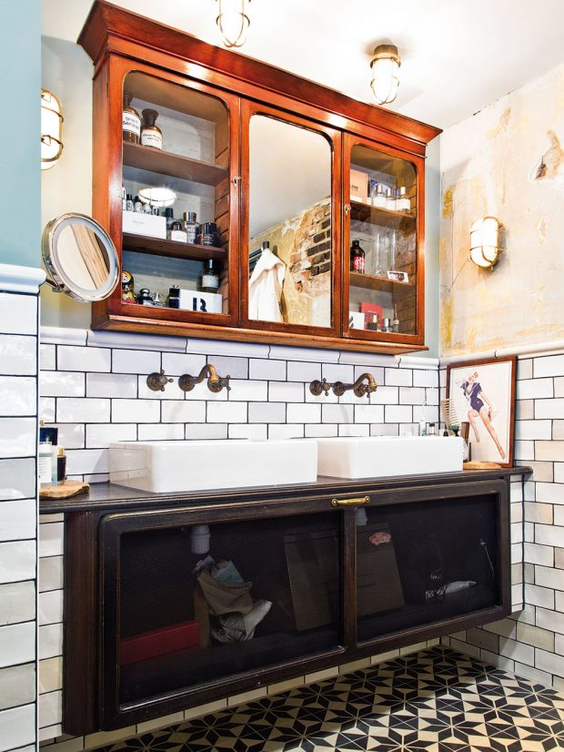 V domě se nachází dvě koupelny. Každá znich je zařízena zcela specificky. Vtéto místnosti najdeme kromě všudypřítomných obrázků adrobností třeba istarožitnou poličku, připomínající apatykářskou skříňku. FOTO WESTWING HOME&LIVING