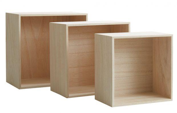 Nástěnná police Ilbro, sada 3 ks, masivní dřevo, výška: 30/27/24 x šířka: 30/27/24 x hloubka: 18/16/14 cm, 500 Kč/ kus, prodává JYSK