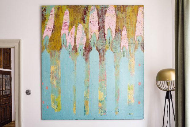 Miriaminy malby vnesly do atmosféry bytu ducha současnosti – ačkoliv jde o moderní umění, perfektně se hodí k historickému zařízení. FOTO NORA A JAKUB ČAPRNKOVI