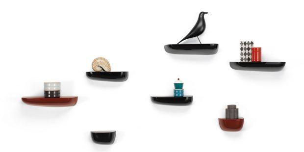 Uklidit a zároveň vystavit. Police Corniche jsou ideální k odkládání drobností. Pro švýcarskou značku Vitra je navrhlo designérské duo Ronan & Erwan Bouroullec. Poličky naleznete na www.designville.cz od 1 551 Kč za kus.