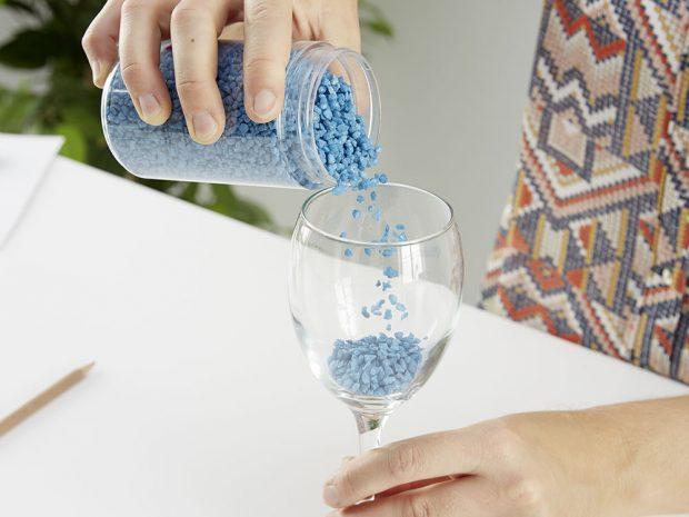 4. NAPLNĚNÍ Potom už můžeme sklenice na víno naplnit požadovanou výzdobou podle vlastní fantazie – drobnými barevnými kamínky, mušličkami apod. foto: Möbelix