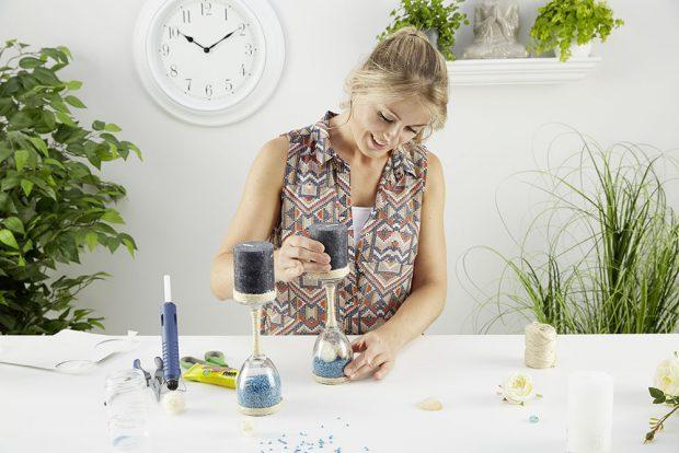 7. HOTOVO Nakonec připevníme svíčky na stojan, nejlépe horkým voskem. Na závěr ještě vyzdobíme okraj svíčky provázkem nebo krajkou. foto: Möbelix