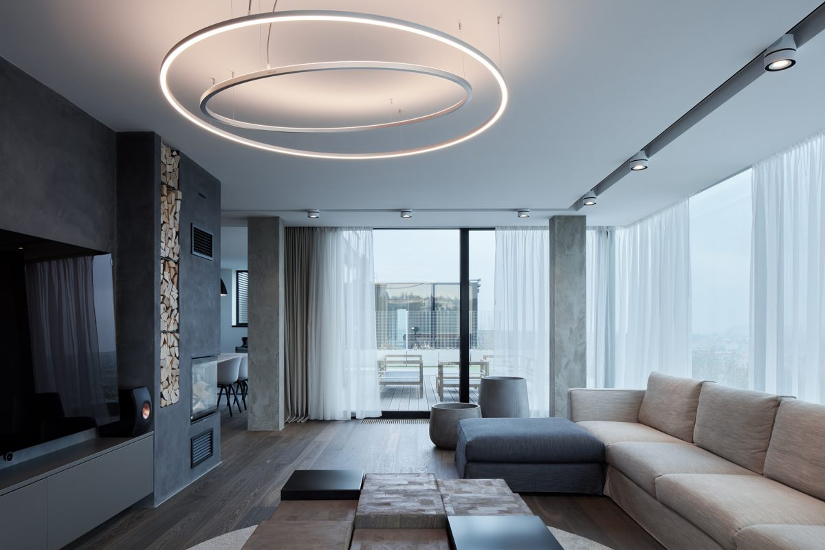 Prostorný byt s množstvím prosklených ploch umístěný na střeše obytného domu