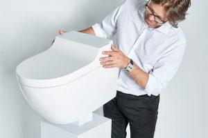 Známý průmyslový návrhář Christoph Behling s novou toaletou AquaClean Tuma, kterou navrhl. zdroj Geberit