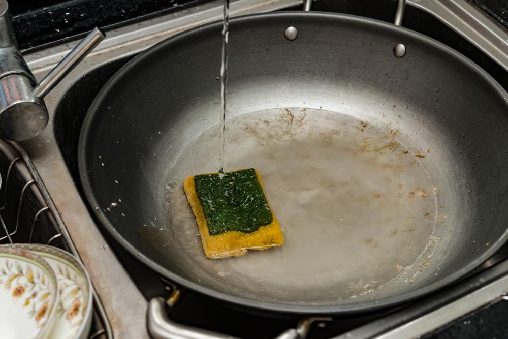 5 způsobů, jak nejlépe vyčistit připálenou pánev (VIDEO)