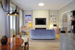 Odstranění nenosné příčky otevřelo obývací pokoj do prostoru dnešní kuchyně ajídelny aprospělo celkové atmosféře bytu. FOTO ROBERT ŽÁKOVIČ