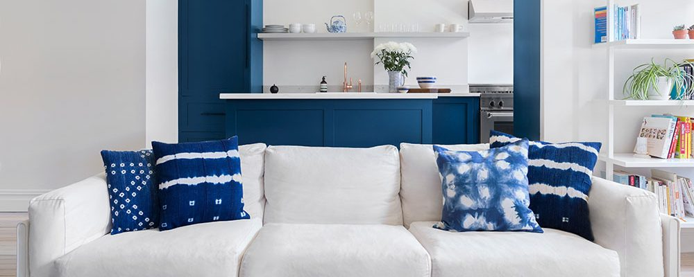 Moderní interiér ve stylu vintage: Fascinující hra bílé s tmavě modrou