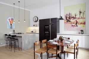 Obraz nad jídelním stolem je výrazným dekorativním prvkem, který předurčil barevné ladění drobného nábytku vinteriéru. FOTO ROBERT ŽÁKOVIČ