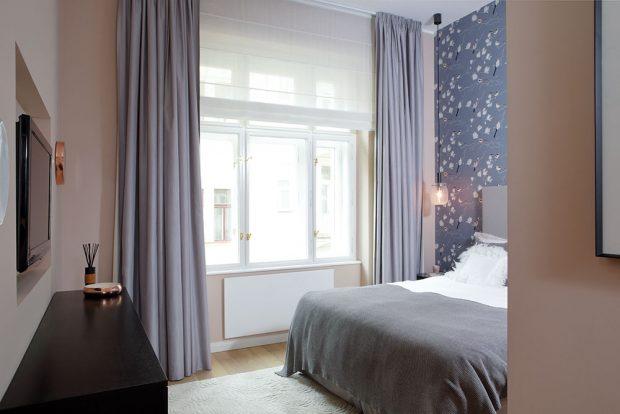 Ložnice má být místem odpočinku. Okno je tedy směrované do klidnějšího dvora ake klidnému dojmu přispívá ineutrální barevnost. FOTO ROBERT ŽÁKOVIČ