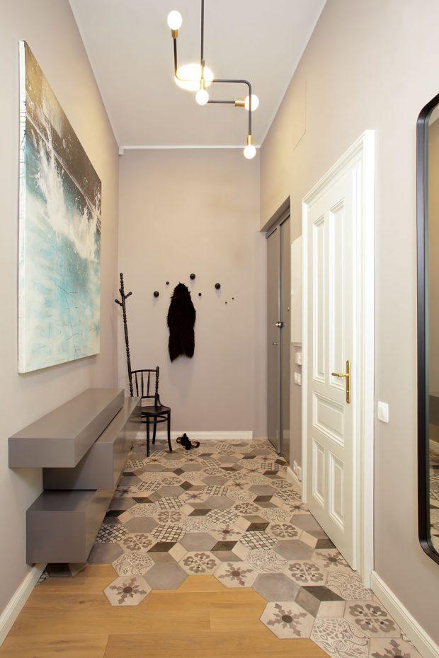 V chobě zaujme na první pohled vtipné řešení přechodu šestiuhelníkové dlažby a prkenné podlahy. Nábytek tvořený bloky je vyrobený podle návrhu Ivanki Kowalski. FOTO ROBERT ŽÁKOVIČ