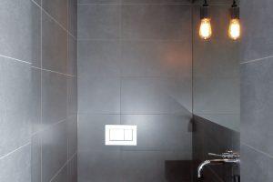 Zchodby se vchází na samostatnou toaletu. Stejná podlahová krytina je použita ivchodbě, kde navazuje na dřevěnou podlahu. FOTO ROBERT ŽÁKOVIČ