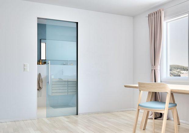 Skleněné dveře Sapglass, Float čiré, sítotisk 513, pastelově modrá barva, posuv do pouzdra motive, cena od 3219 Kč, www.sapeli.cz