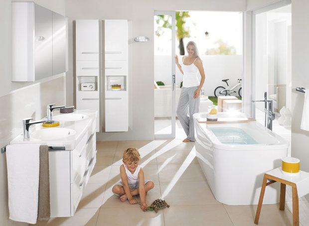 Koupelnové vybavení Joyce od Villeroy & Boch, sbarevnými akcenty, kruhová umyvadla jako součást keramické desky, stohovatelné doplňky spraktickým protiskluzovým povrchem, cena skříněk od 24612 Kč, www.siko.cz