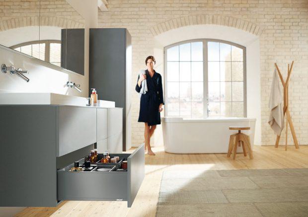 Vkoupelnovém nábytku jsou použity výsuvy Tandem pro dřevěné zásuvky, cena podle výběru, www.blum.cz