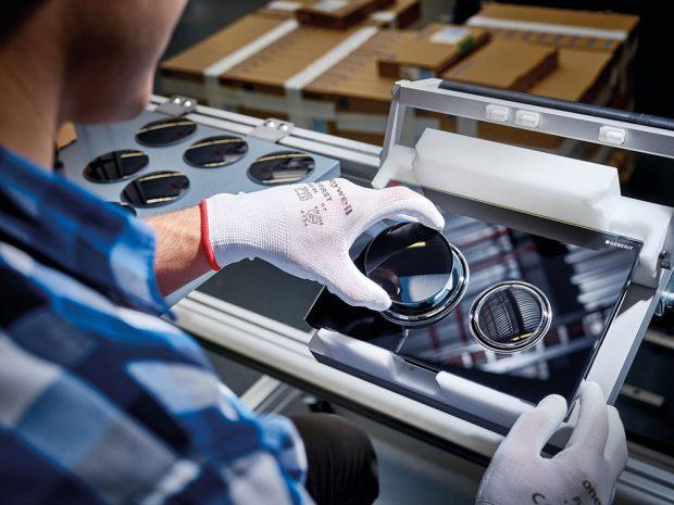 Ruční práce Jednotlivé díly tlačítka jsou s velkou pečlivostí sestavovány ručně. Foto Geberit