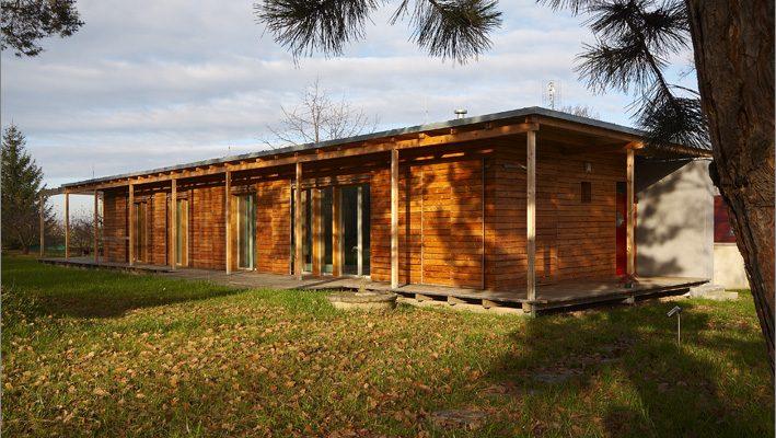 Moderní způsob venkovského bydlení: Šikovná jednopodlažní dřevostavba!
