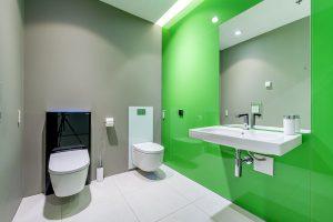 Sprchovací WC Sela s předstěnovou skrytou sanitární nádržkou (vlevo) a Mera s designovou krycí deskou. Foto Geberit