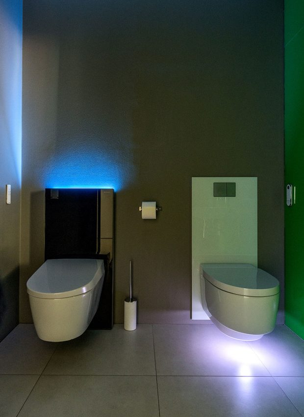 Sprchovací WC Sela a Mera s podsvícením. Foto Geberit