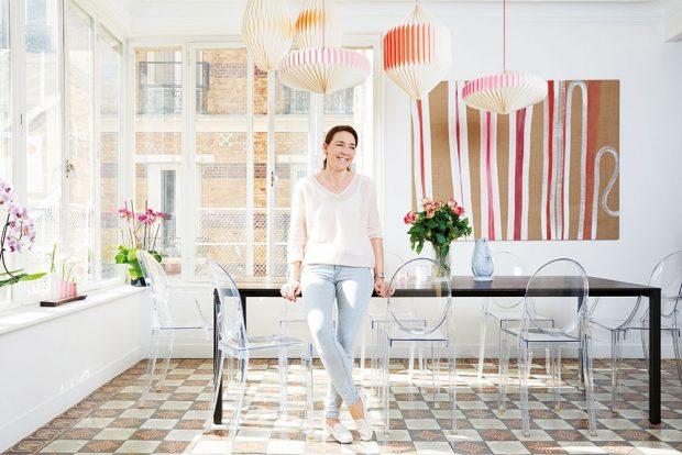 Jídelna působí krásně vzdušným dojmem. Přispívají ktomu samozřejmě velká okna, ale ivelký jídelní stůl jemné konstrukce atransparentní plastové židle značky Kartell. FOTO WESTWING