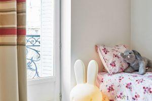 Jeden zdětských pokojů je zařízen vpastelových barvách aroztomile dětském dekoru. FOTO WESTWING