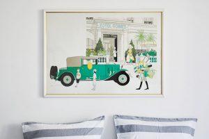 Velkou roli vinteriéru hraje dekorace. Kresba nad postelí se zdá být vtipným odkazem na rušný život pařížských bulvárů. FOTO WESTWING