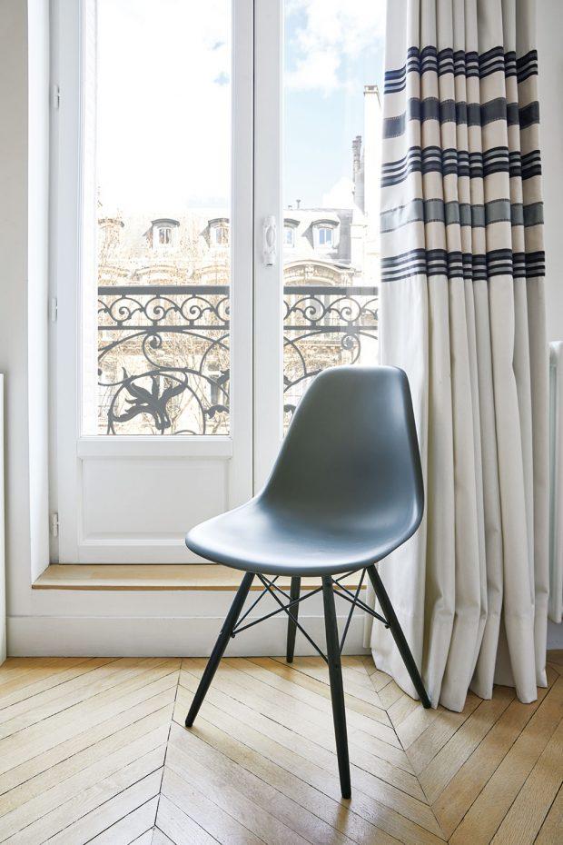 V bytě laděném ve skandinávském stylu nemůže chbět alespoň jedna slavná židle Charlese a Ray Eamsových. FOTO WESTWING