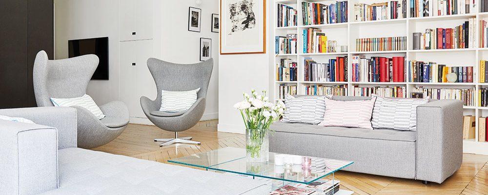 Příjemný, jednoduchý aútulný interiér prošpikován designovými ikonami
