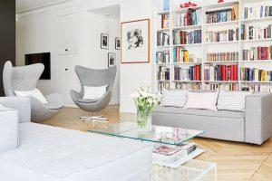 Prostorný obývací pokoj je navržený tak, aby se vněm mohl pohodlně odehrávat společný život velké šestičlenné rodiny. FOTO WESTWING