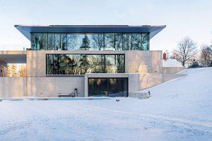 Promyšleně minimalistická stavba, prosklené stěny s neomezeným výhledem a puristický přístup k interiéru