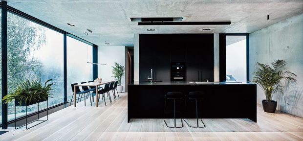 Dominantním znakem interiéru je jednoduchost apečlivý výběr materiálů. Ne jinak je tomu ivpřípadě kuchyně propojené sjídelnou. FOTO MĀRIS LOČMELIS AINGUS BAJĀRS