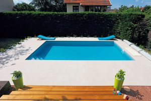 Obdélníkový bazén 7 x 4 m, schody vnitřní rohové-kompozit, se zapuštěným filtračním panelem Desjoyaux PFI, cena bez stavebních prací a bez DPH cca 270 000 Kč, www.desjoyaux.cz