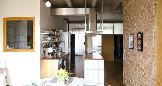 Odhalené cihlové zdi či betonový sloup: Byt, který se nestydí za svůj původ