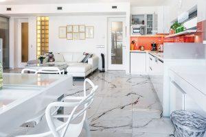 Bydlení pro zralou dámu: Otevřená dispozice, mramor a bíla farba