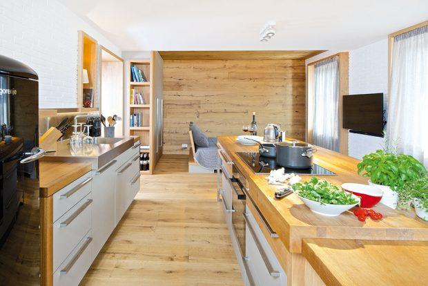 Jeden velký prostor je opticky rozdělen do menších zón využitím různých materiálů a především dřeva, které do podhorské oblasti jednoznačně patří. FOTO IVETA KOPICOVÁ