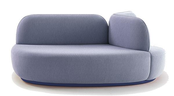 Modulární pohovka La Isla (Sancal), design Note Design Studio, ve dvou velikostech 115 x 115 x 77 a115 x 117 x 77 cm, čalounění vlátce podle výběru, lakovaná podnožka ve vybrané barvě, cena od 119 900 Kč, www.onespace.cz