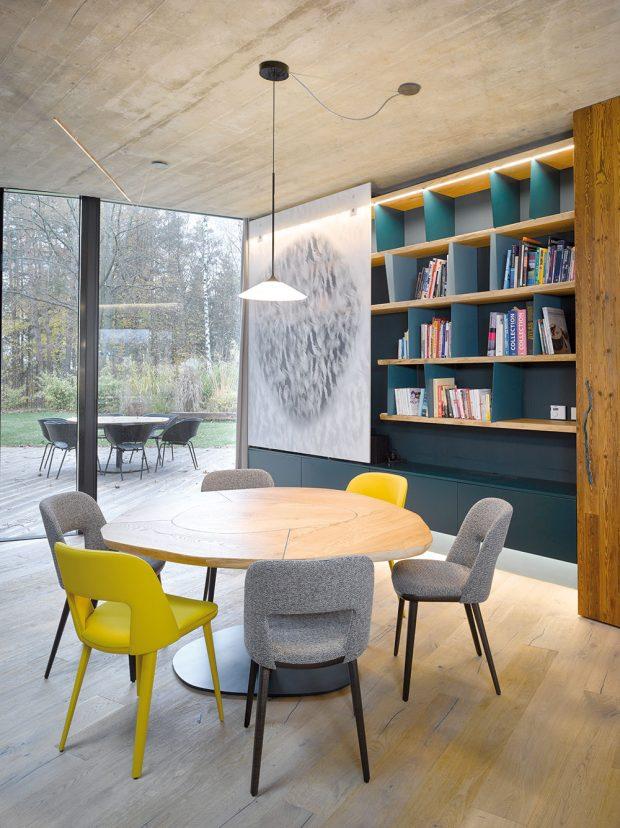 Kulatý jídelní stůl je doplněn jednoduchými židlemi. Zpsychologického hlediska kulatý stůl přináší všem stolovníkům ve smyslu důležitosti stejné postavení. FOTO FILIP ŠLAPAL