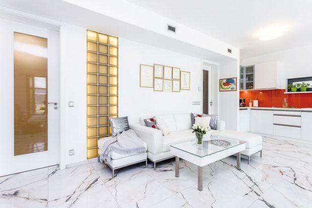 Obývací pokoj je spojen s kuchyní a jídelnou. V zařízení dominuje bílá a transparentní materiály. FOTO FH STUDIO